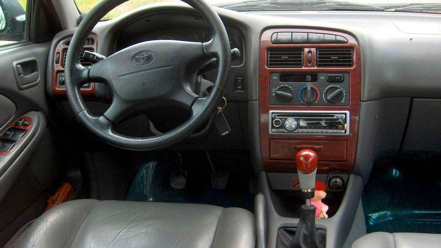 1997: Toyota Avensis -тің алғашқы буыны (Т22)