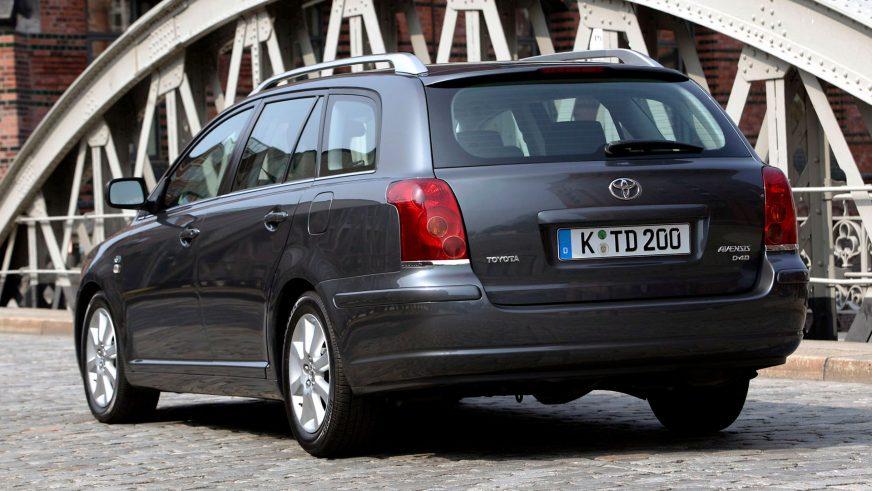 2003: Toyota Avensis-тің екінші буыны (Т25). Т22-мен салыстырғанда көлемі жағынан ұлғая түсті. Шанағының алуандығы өзгеріске ұшыраған жоқ