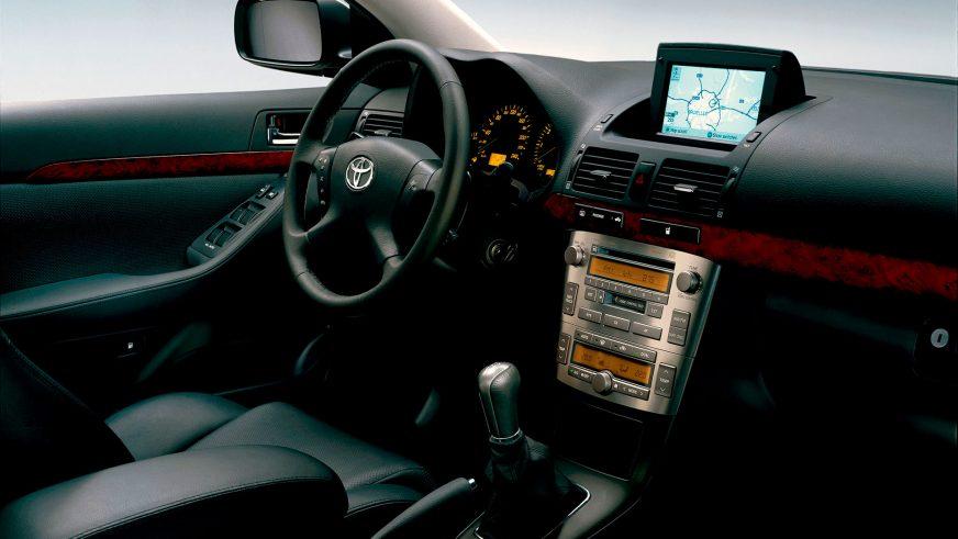 2003: Toyota Avensis-тің екінші буыны(Т25). Салон әрлеуінің материалдары жақсарды, ішінде тізелік қауіпсіздік жастығы бар жабдықтар тізімі кеңейді