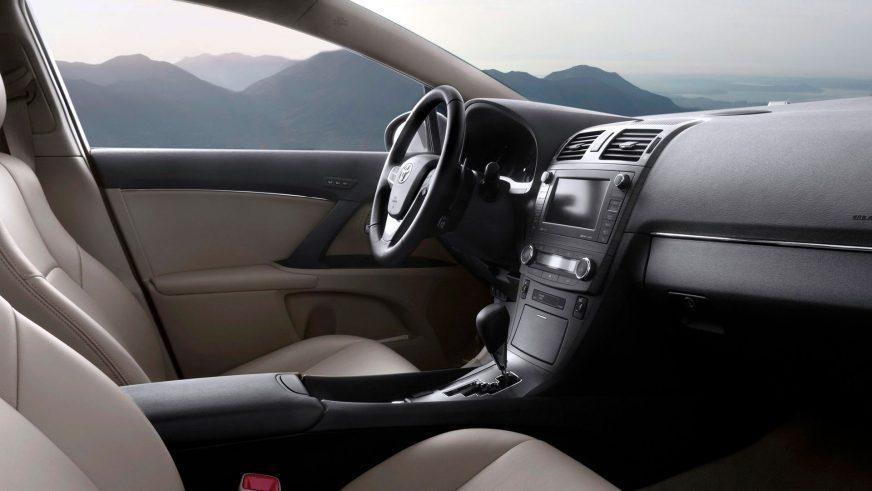 2008: Toyota Avensis-тің үшінші буыны (Т27). Жабдықталу деңгейі тағы да өсті, сапасы жақсарды. Интерьерді жасау жұмысына ресейлік дизайнер Владимир Пирожков қатысқан деседі