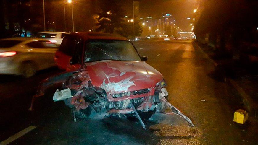 Toyota RAV4 влетела в деревья на Аль-Фараби в Алматы