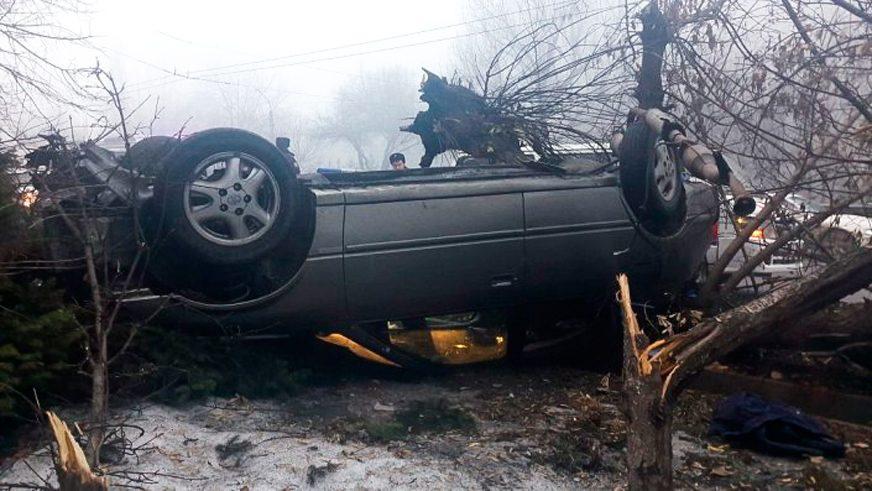 Camry вылетела с дороги в Алматы. Пешеход погиб