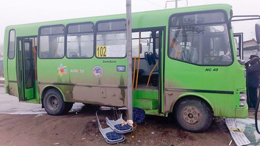 Автобусы столкнулись в Алматы. Девять человек пострадали
