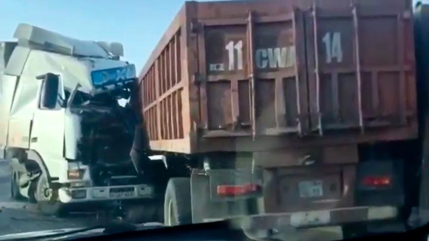 Два грузовика столкнулись лоб в лоб на трассе