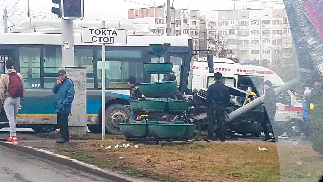 Mercedes-Benz зажало между автобусом и столбом в Алматы
