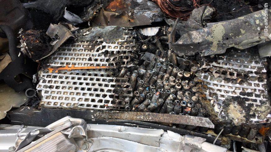 Tesla Model X от удара осталась без передней части и загорелась