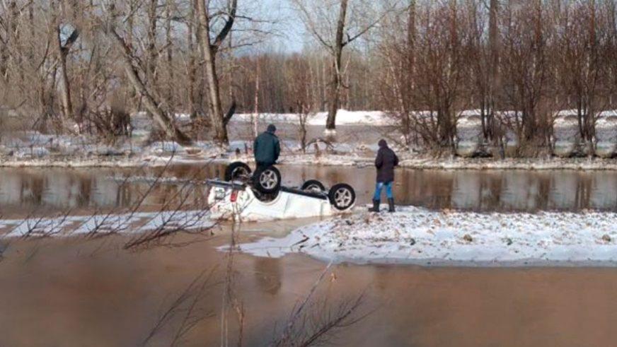 Замакима района ВКО смыло в реку в служебном автомобиле