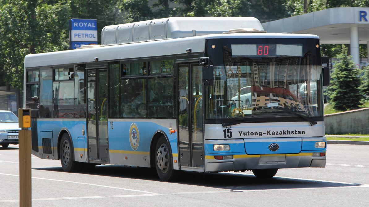 Водителя автобуса, нагрубившего пассажиру, уволили в Алматы