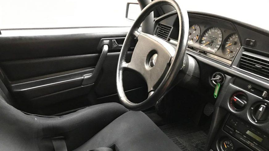 Гоночный Mercedes-Benz 190E Ники Лауды выставили на продажу