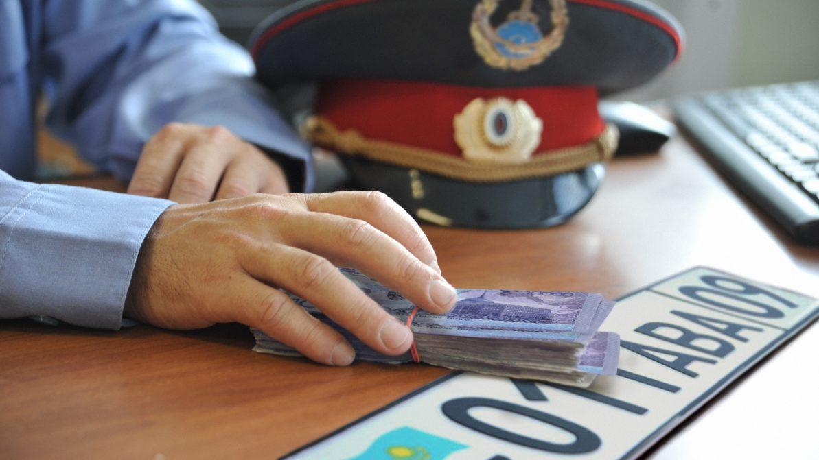 На 2.7 млн тенге оштрафован инспектор за торговлю госномерами