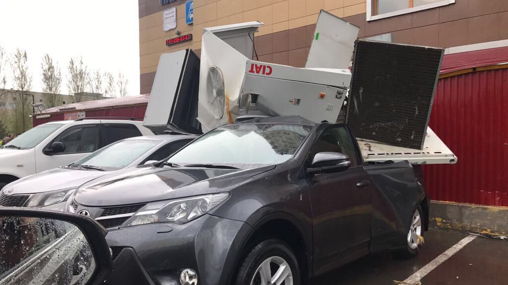 Шквал в Астане повредил автомобили и здания, повалил строительный кран