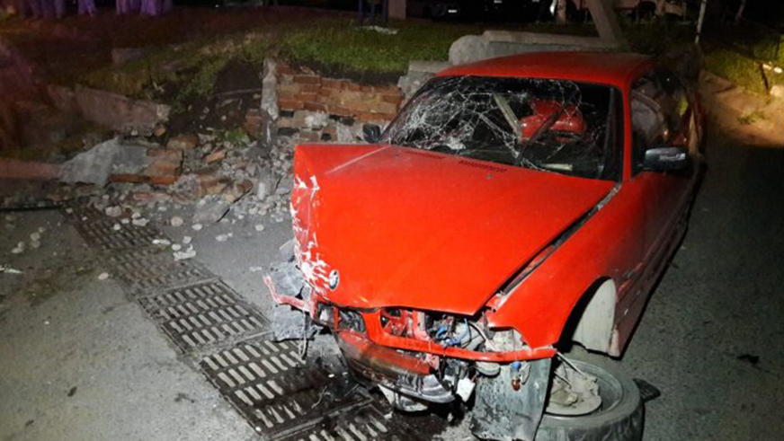 «Тройка» BMW снесла столб на Аль-Фараби в Алматы