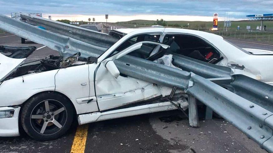 Отбойник прошил Mercedes-Benz на трассе
