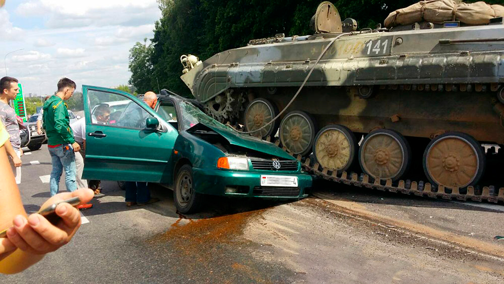 В Беларуси БМП раздавила Volkswagen Golf