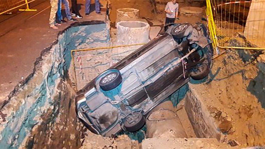 Toyota Camry провалилась в яму на Толе би в Алматы