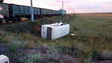 Автобус попал под поезд близ Экибастуза
