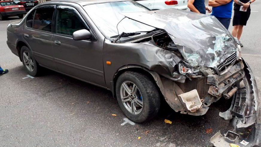 Mitsubishi Delica влетела в жилой дом в Алматы