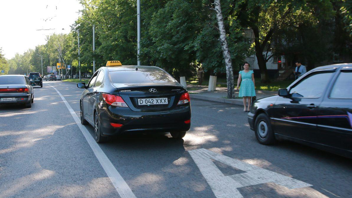 В Алматы таксистам могут разрешить ездить по выделенкам