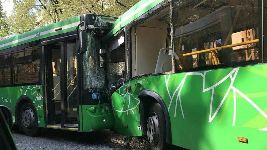 Два автобуса столкнусь лоб в лоб в Алматы