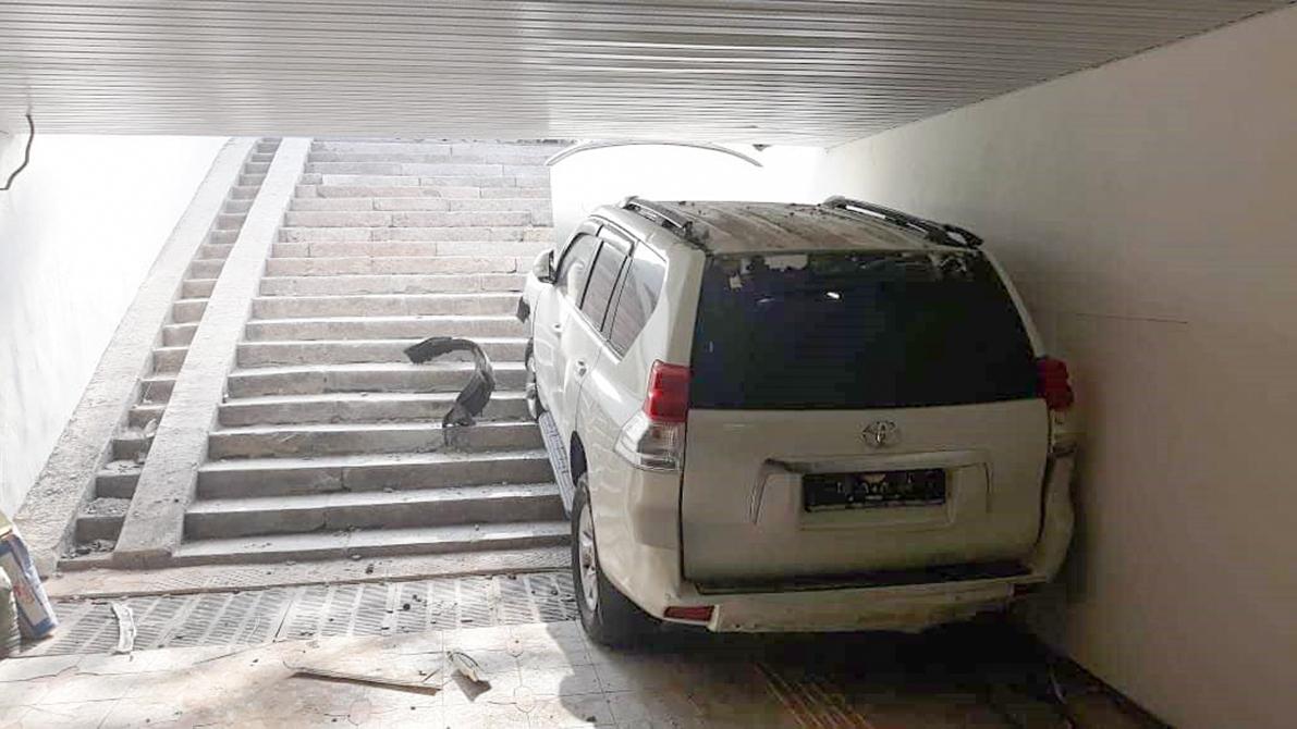 Toyota LC Prado влетел в подземный переход в Алматы