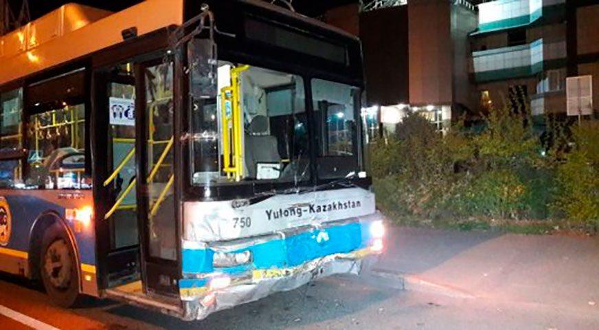 Автобус протаранил Toyota Corolla в Алматы