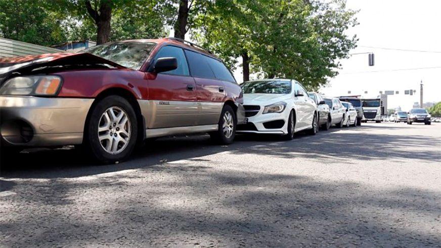 Семь автомобилей протаранила фура на площади Республики в Алматы