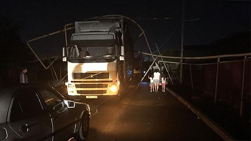 Фура снесла газопровод близ Алматы