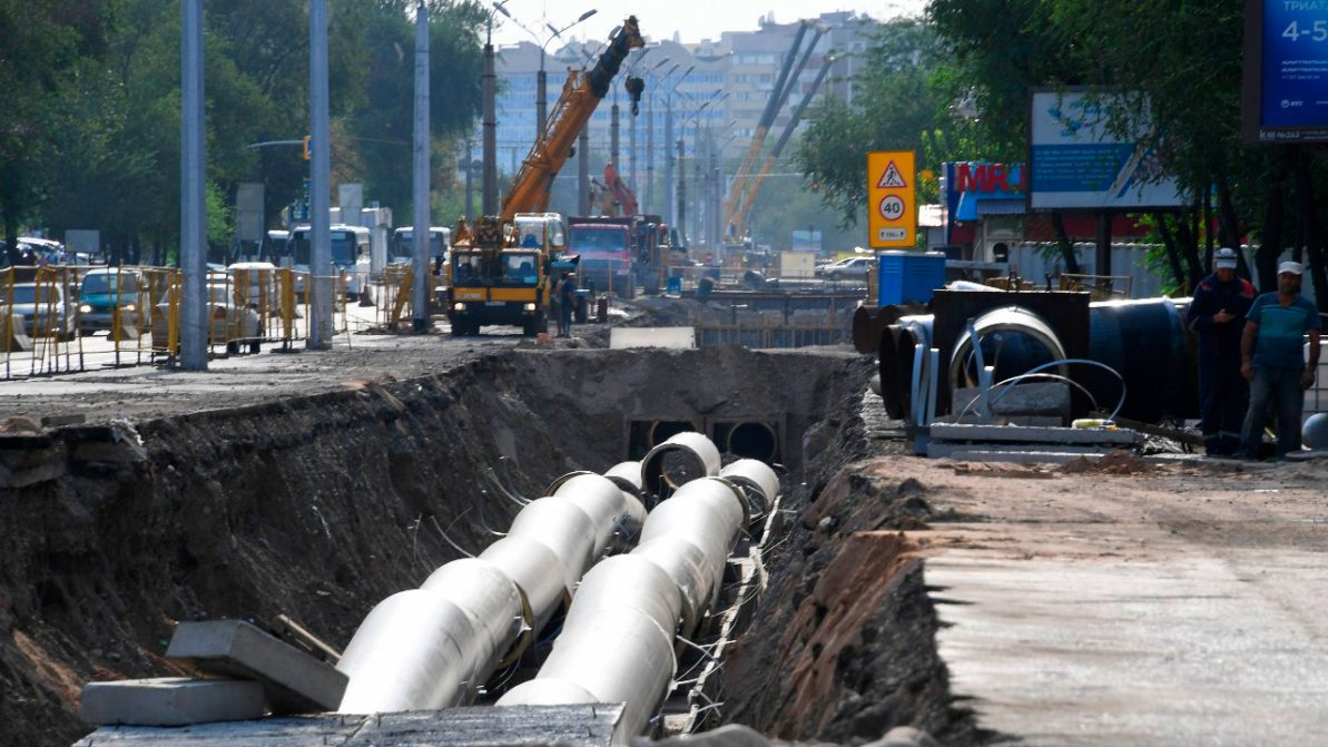 Зарыть все траншеи на дорогах Алматы обещают до конца августа