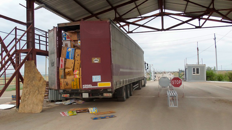 Коробками из-под бананов замаскировали Range Rover контрабандисты