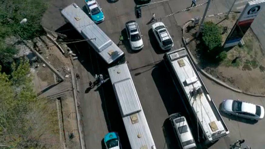 В Алматы, на улице Тимирязева, лоб в лоб столкнулись два автобуса