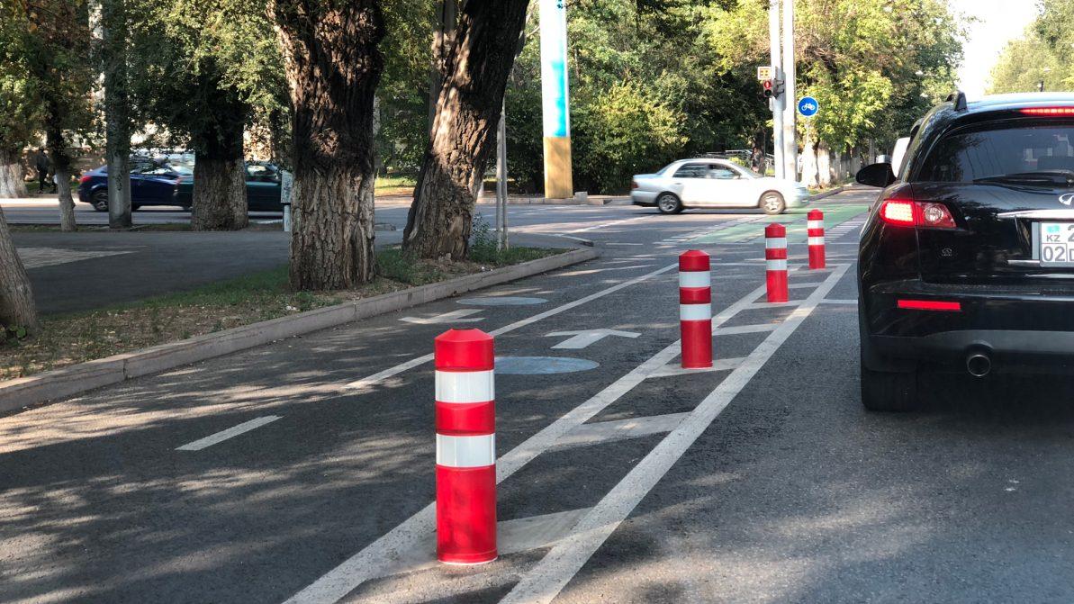 Специальные столбики появились на велополосах в Алматы