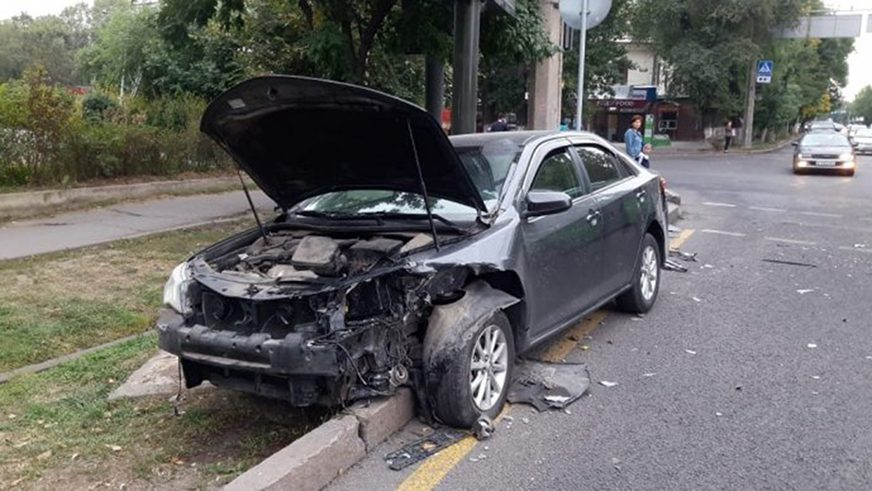 В Алматы столкнулись Camry и Granta. Шестеро пострадали