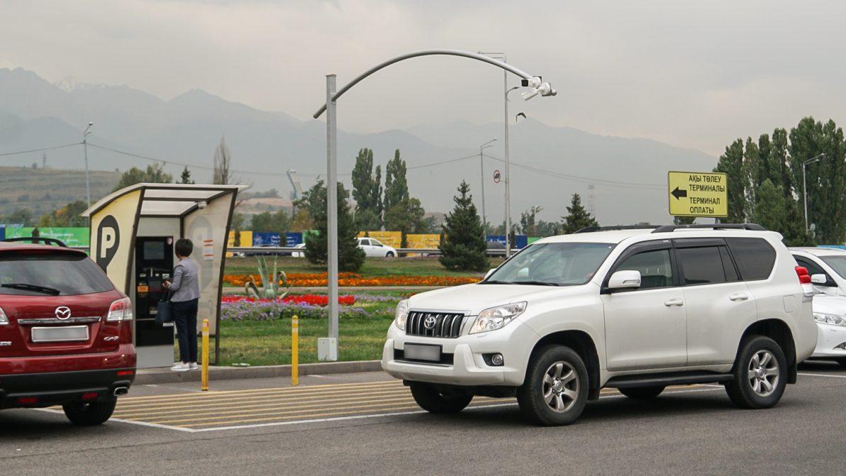 На платных парковках в Алматы наконец-то установили видеокамеры