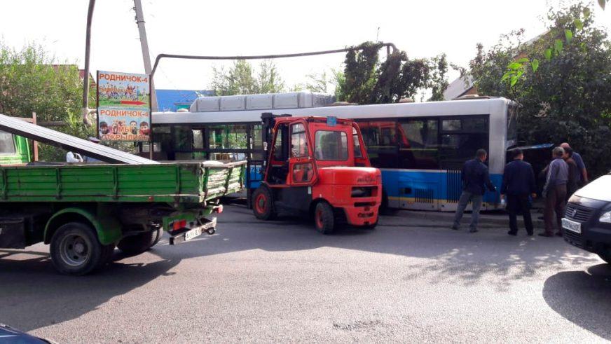 Автобус врезался в газовую трубу в Алматы