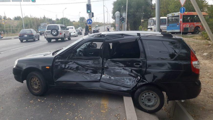 Lexus протаранил две машины в Алматы