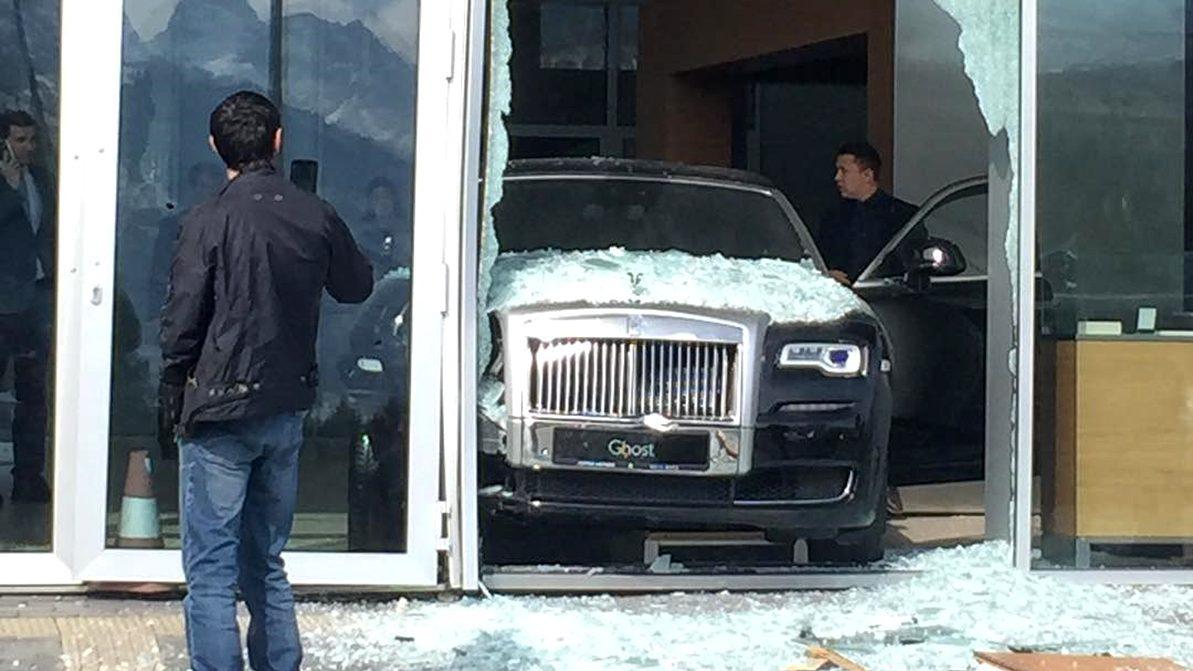 В 45 млн тенге обошёлся ремонт Rolls-Royce и разбитой витрины
