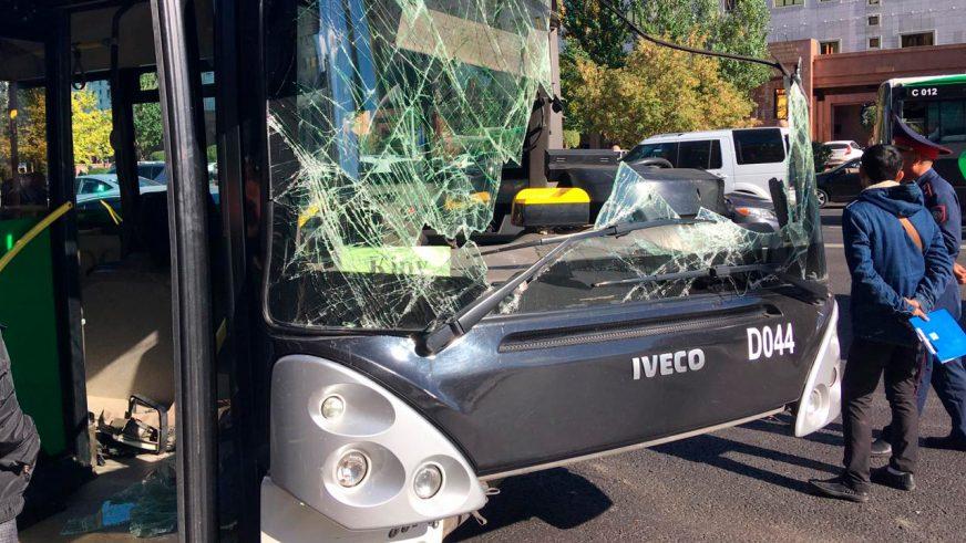 Два автобуса столкнулись в Астане на остановке