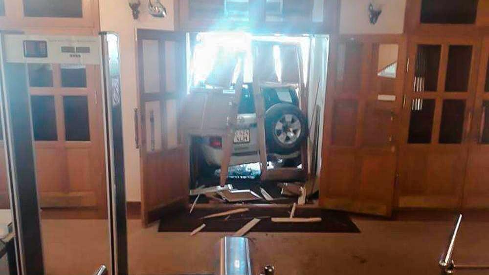Nissan Patrol влетел в акимат: водителя лишил прав на пять лет