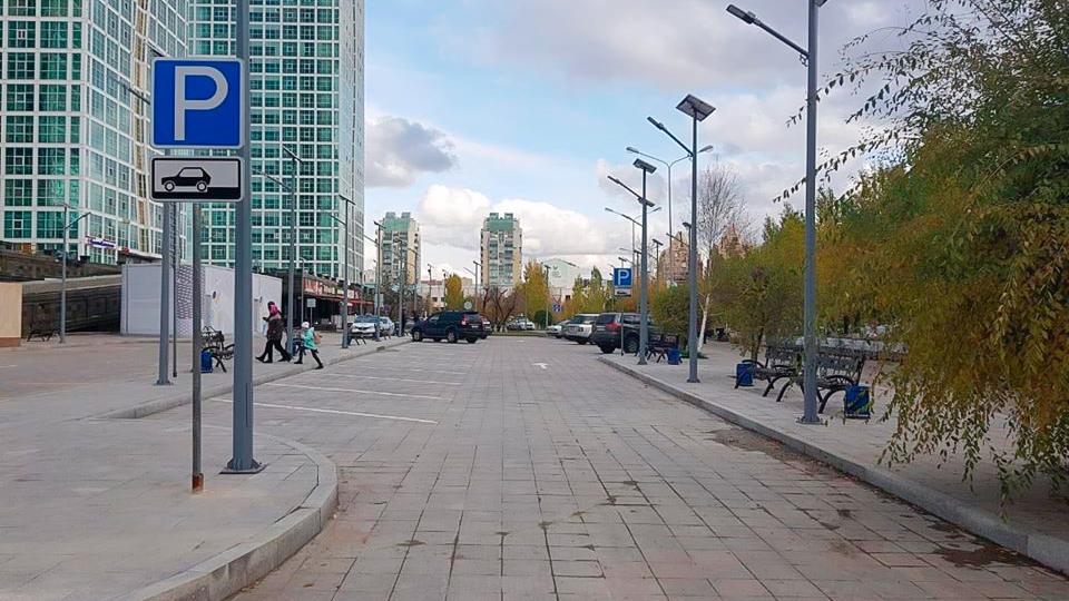 Новая парковка на набережной в Астане