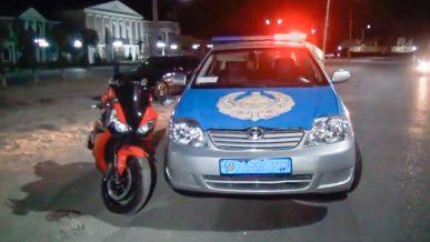 Полицейские в Шымкенте прижали мотоцикл к обочине