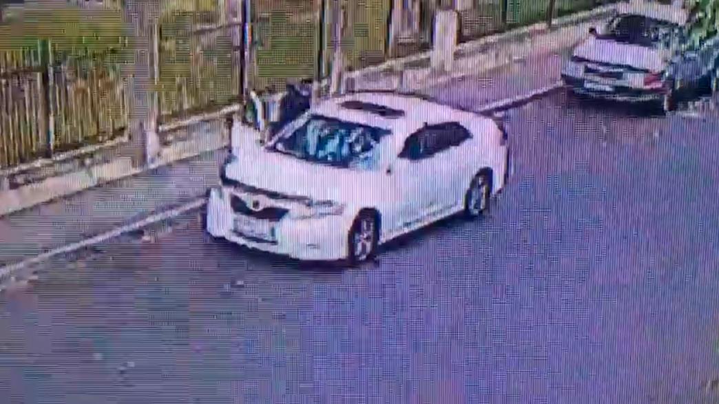 Машину ограбили прямо с сидящими в ней детьми