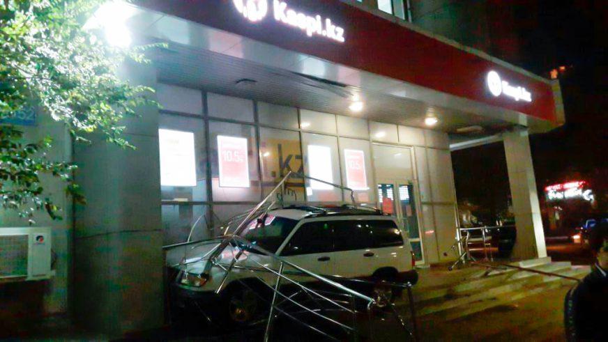 Subaru Forester протаранил банк в Алматы