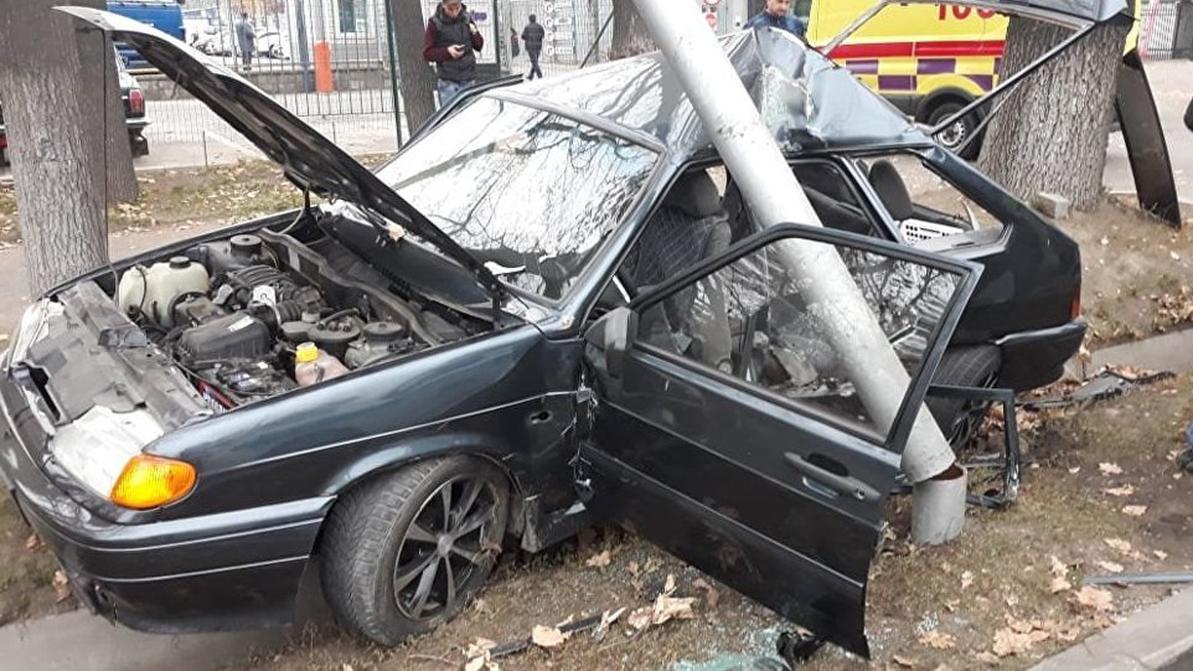 Машину смяло в гармошку после ДТП в Алматы