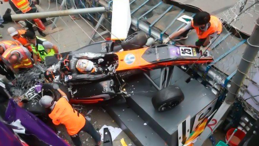 Болид Формулы-3 на скорости 276 км/ч влетел в рекламный щит