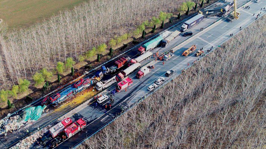 28 грузовиков столкнулись на трассе в Китае