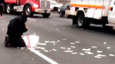 «Денежный дождь» парализовал движение на трассе в США