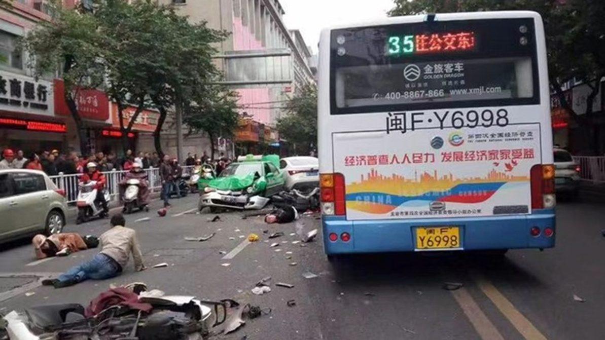 В Китае вооружённый мужчина угнал автобус и начал давить людей