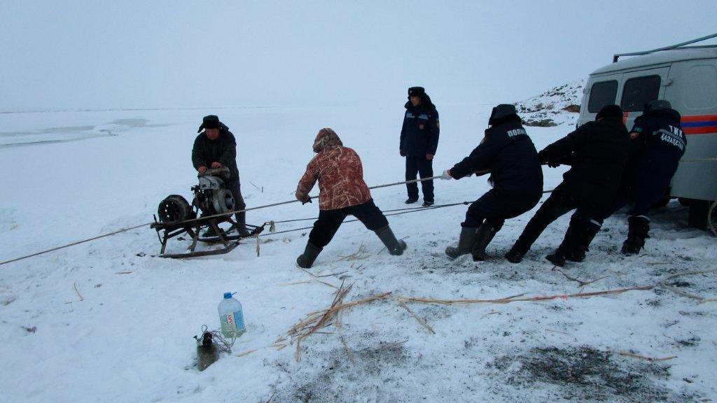 Машина рыбаков провалилась под лёд в ВКО. Один из них погиб