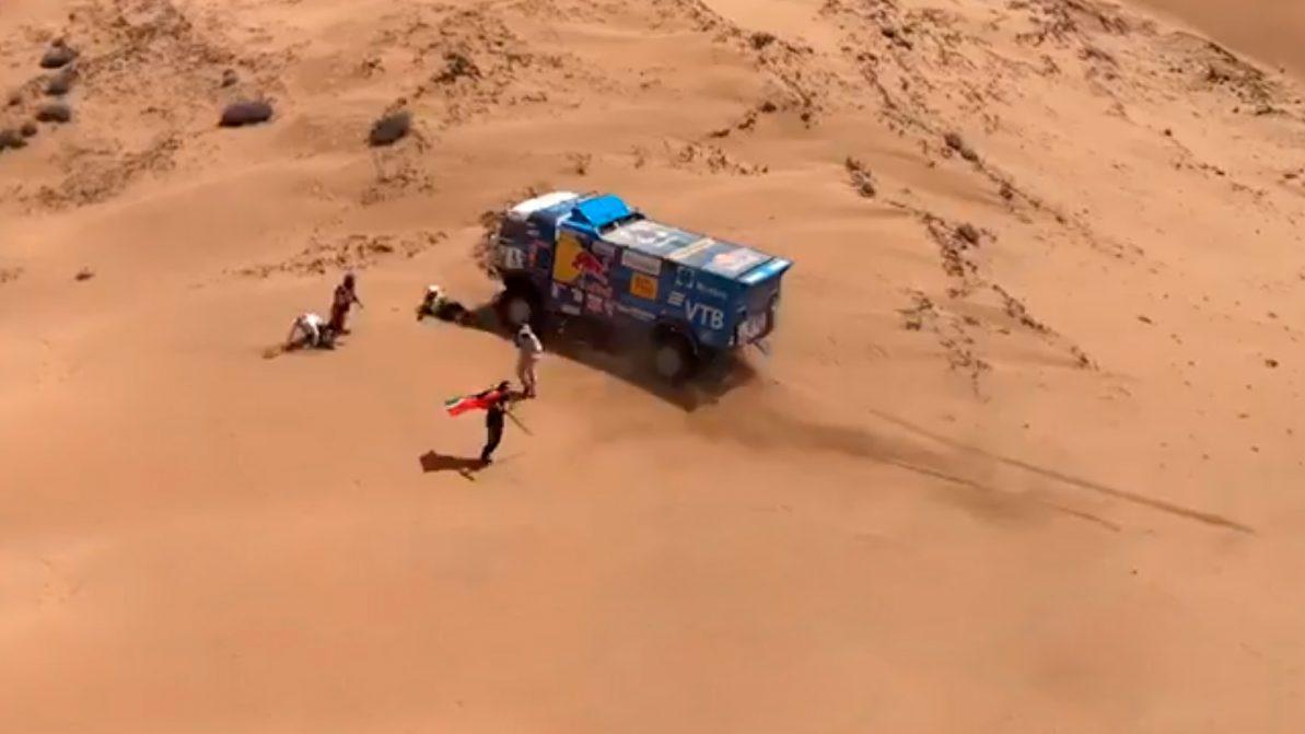 КамАЗ сбил зрителя на «Дакаре». Экипаж дисквалифицирован