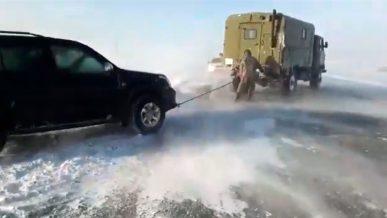 Более 200 автомобилей застряли на трассе ВКО из-за метели